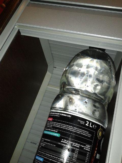 Sposób przesuwania rolety w szafce kuchennej.